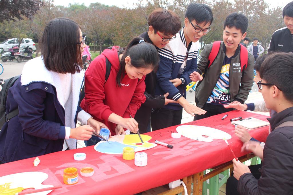 """农学院/牡丹学院青年志愿者协会成功举办""""抵制传销进校园""""签字活动"""